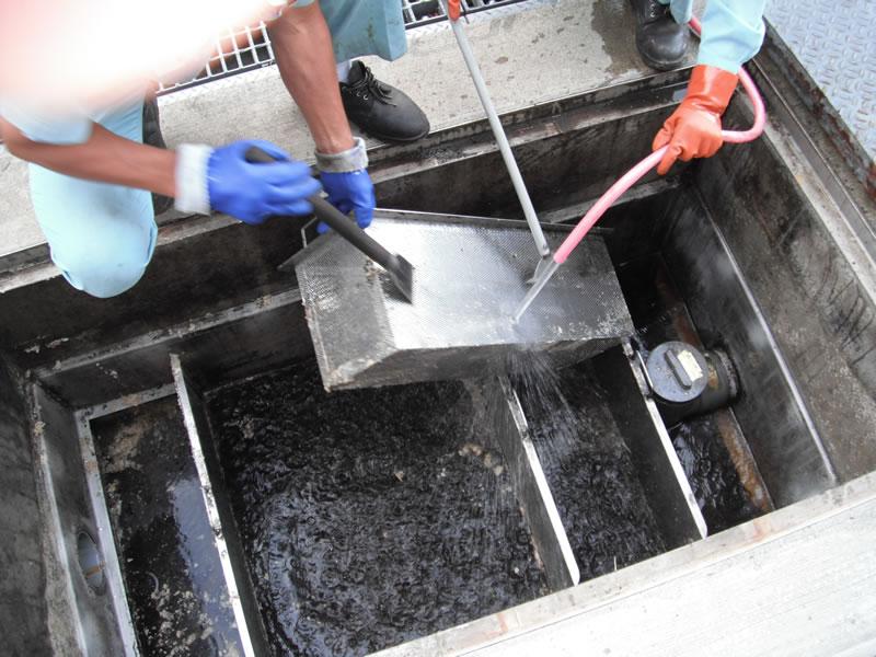 雑排水桝清掃中-1:前カゴを外し、・仕切り板など周りの付着物がなくなるまで洗浄する